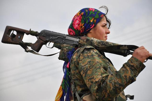 A Kurdish female fighter of the Women's Protection Units (YPJ) looks on at a training camp in al-Qahtaniyah, near the Syrian-Turkish border on February 13, 2015 ©Delil Souleiman (AFP/File)